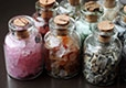 Бутылочки с камнями <p>Бутылочки из стекла наполнены натуральными камнями применяются в качестве талисманов.</p>